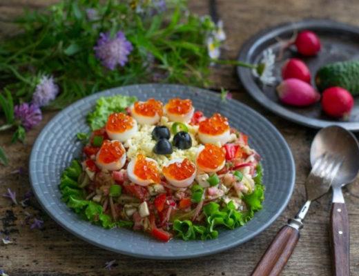 Летняя закуска с перепелиными яйцами и красной икрой