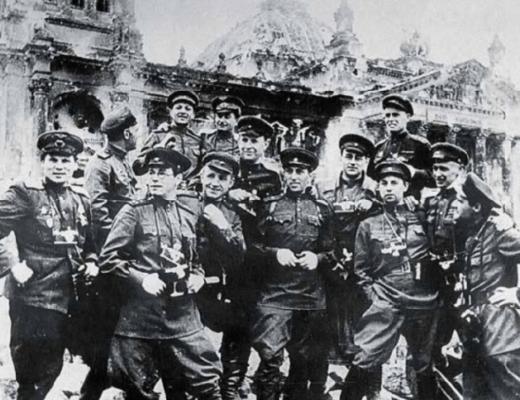 Советские фотокорреспонденты у здания Рейхстага. Берлин, 1945