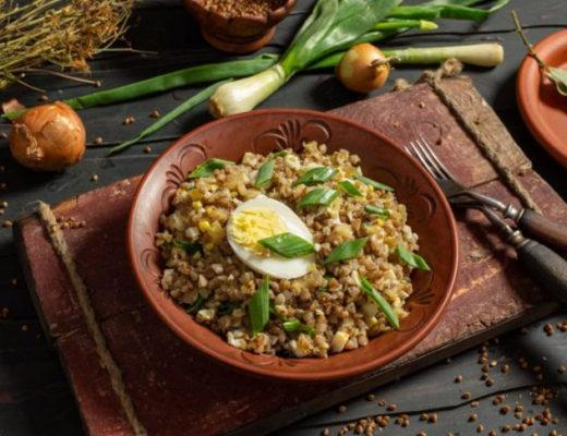 Вкусная гречневая каша с рубленными яйцами и луком
