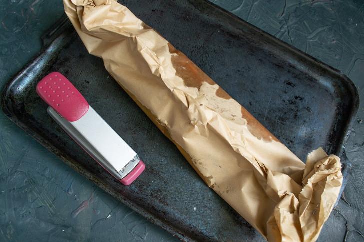 Плотно упакованный конверт с рыбкой отправляем в нагретый духовой шкаф
