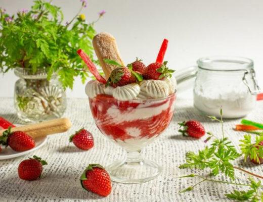 Освежающий десерт из рикотты с клубникой