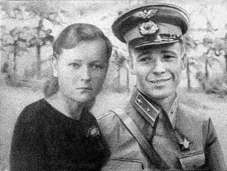 Лётчик Виктор Васильевич Талалихин с Шурой Ильиной