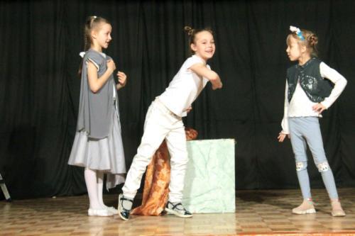 На сцене образцового детского театра-студии«Сказка» прошел спектакль «Все мыши любят сыр» по произведению Дюлы Урбан (фото и видео В. Кузьмин, май 2021 года)