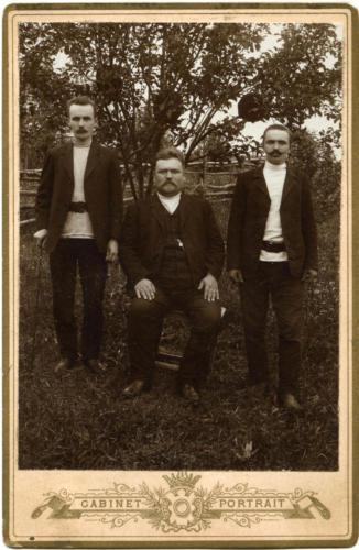 Дед Иван Васильевич Крылов муж его сестры и неизв. (Фото из архива В.Кузьмина)