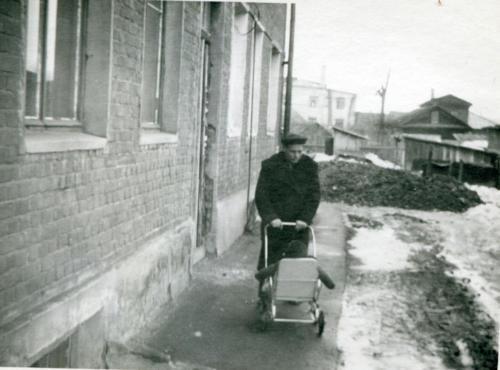 Отец с Ингой в коляске (Первомайский сквер) (Фото из архива Инны Конышевой, предоставлено В.Кузьминым)