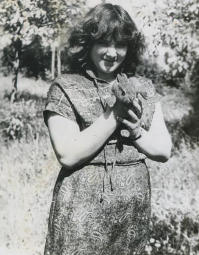 С кроликом на руках (Фото из архива Инны Конышевой, предоставлено В.Кузьминым)
