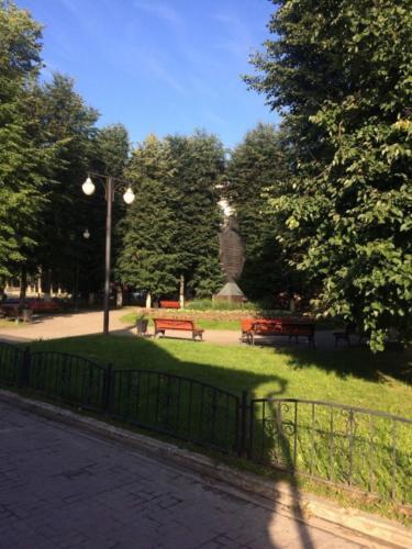 г.Клин, Советская площадь, сквер рядом с Торговыми рядами (фото из архива сайта infoce-klin.ru, 2020 год)